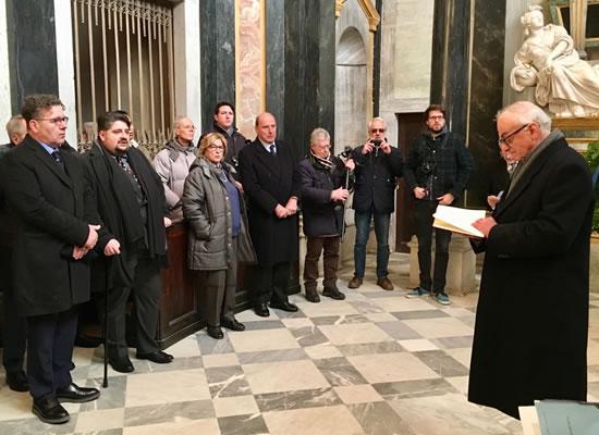 Vicoforte: Mons. Meo Bessone in un momento di preghiera, davanti alle tombe dei Sovrani