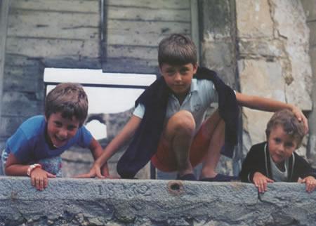 Mezzo secolo fa l'Italia spalancava il futuro alle nuove generazioni: scuola, viaggi, scienze, professioni. Le rovine (nella foto Bussana Vecchia) erano alle spalle. E ora?   Restituiamo ScuoIa vera a scolari e a studenti. Hanno bisogno di luce, di aria, di sole. Il chiuso avvizzisce.