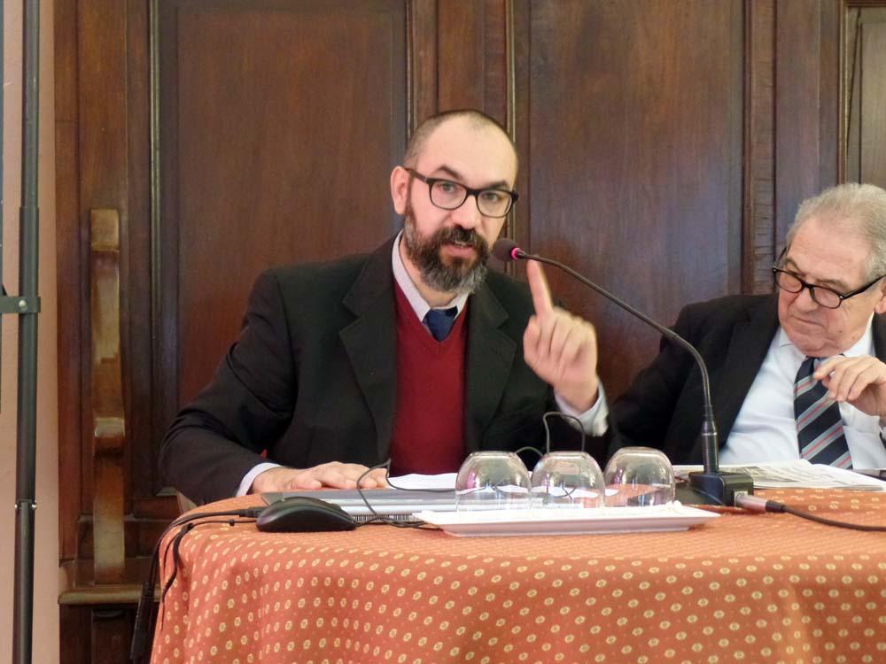 """Il Prof. Luca G. Manenti dell'Università di Triste durante il suo intervento sul tema """"All'Oriente di Fiume. La massoneria nell'impresa dannunziana"""""""